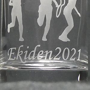 ガラスのタンブラーに緊急事態宣言のデザインを彫刻